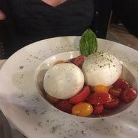 9/20/2018 tarihinde Rémy M.ziyaretçi tarafından Mimi Bar Pizzeria'de çekilen fotoğraf