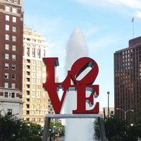 7/7/2013 tarihinde Tina W.ziyaretçi tarafından JFK Plaza / Love Park'de çekilen fotoğraf