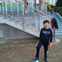 Photo taken at 경동초등학교 by Sehyun P. on 12/1/2012