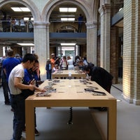 Photo taken at Apple Covent Garden by Jonathan T. on 7/29/2013