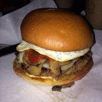 Foto tomada en Grub Burger Bar por Jennifer T. el 11/29/2013