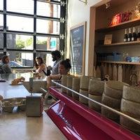 Foto tomada en General Porpoise Coffee & Doughnuts por Joey B. el 7/14/2017