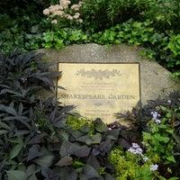 รูปภาพถ่ายที่ Shakespeare Garden โดย Kim W. เมื่อ 9/16/2012