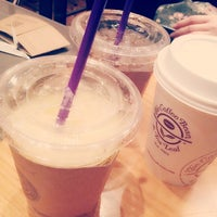 Photo taken at The Coffee Bean & Tea Leaf by Jihyun Y. on 3/14/2014