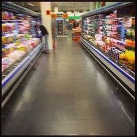 Foto tirada no(a) Supermercado Angeloni por Paulo Roberto R. em 9/18/2013