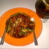 Photo taken at Restoran Lenggong Kuey Teow Kerang by Saifuddin Zainal on 2/14/2013
