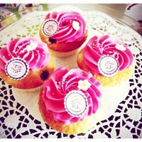 Photo taken at WOLKES Cupcakes @ Elli and friends by Wolke on 7/30/2013