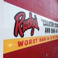 Foto tirada no(a) Rudy's Country Store & Bar-B-Q por Michael em 5/18/2013