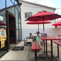 Снимок сделан в Hopdoddy Burger Bar пользователем Kirby T. 7/2/2018