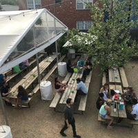 Foto tirada no(a) Axelrad Beer Garden por Kirby T. em 4/1/2018