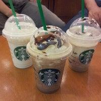 4/13/2013 tarihinde Alessandra Y.ziyaretçi tarafından Starbucks'de çekilen fotoğraf