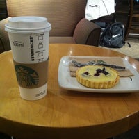 Foto tomada en Starbucks por Arturo S. el 10/15/2013