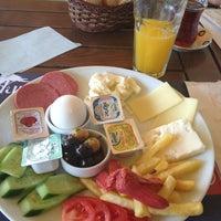 รูปภาพถ่ายที่ Tilbe Cafe โดย Emre D. เมื่อ 3/31/2013