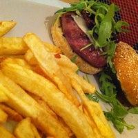 Снимок сделан в Onion Burger Studio пользователем Nené I. 2/2/2013