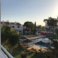 Foto tirada no(a) Rocha Brava Village Resort por Viktorija P. em 9/28/2017