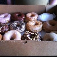 รูปภาพถ่ายที่ Dun-Well Doughnuts โดย Cherry X. เมื่อ 4/10/2013