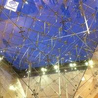 Foto tirada no(a) Pyramide Inversée du Carrousel por Camsurmer em 10/25/2013