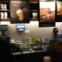Foto tomada en Starbucks por Mónica F. el 7/14/2013