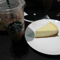 Foto tirada no(a) Starbucks por Denny Y. em 10/8/2013
