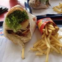 Foto tirada no(a) Sky's Burger por Paul B. em 11/3/2012