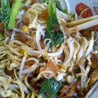 Photo taken at Mie Ayam Bang Ma'ing by Farrie G. on 10/6/2012
