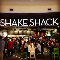 5/30/2013 tarihinde Özge S.ziyaretçi tarafından Shake Shack'de çekilen fotoğraf