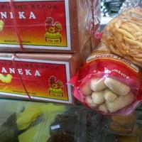 Photo taken at Manisan Lampung Yen Yen by Rusi F. on 11/24/2012