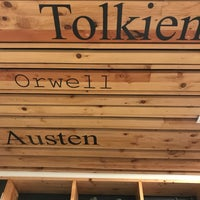 Foto tomada en Tweedle Book Cafe por Louv K. el 6/27/2018
