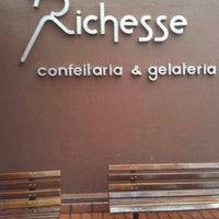 Foto tirada no(a) Richesse Confeitaria por Mara N. em 12/2/2012