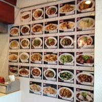 Photo prise au Xi'an Famous Foods par Jinyoung K. le4/19/2013