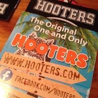 Foto tirada no(a) Hooters por Oliver O. em 9/15/2012