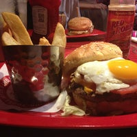 Photo taken at Red Robin Gourmet Burgers by Pearl S. on 8/27/2013