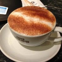รูปภาพถ่ายที่ Caffè Nero โดย Begum A. เมื่อ 4/16/2013