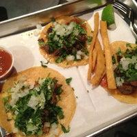 11/8/2013 tarihinde John V.ziyaretçi tarafından Otto's Tacos'de çekilen fotoğraf