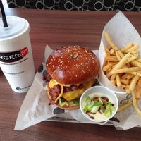 Das Foto wurde bei Burger 21 von Doug T. am 6/14/2014 aufgenommen