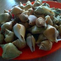 รูปภาพถ่ายที่ Kelong Restaurant Aneka Rasa โดย Hari Wijayanto เมื่อ 12/29/2012