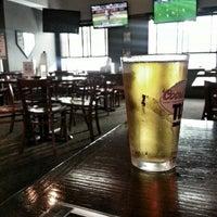 Foto tomada en Sharky's West Wing & Raw Bar por Doreen E. el 7/25/2013