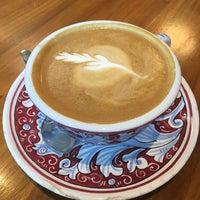 Foto scattata a La Colombe Coffee Roasters da Rebecca B. il 10/25/2017