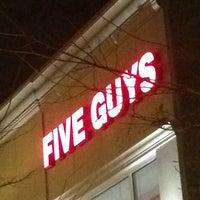 Foto scattata a Five Guys da Kevin M. il 12/8/2012