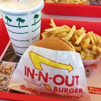 Foto tomada en In-N-Out Burger  por Kelly B. el 7/18/2013