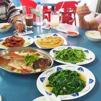 Photo taken at Koh Za Lang Taiwan Porridge by Mimi C. on 9/28/2014