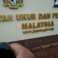 Foto diambil di Jabatan Ukur Dan Pemetaan Malaysia (JUPEM) oleh Farid P. pada 11/23/2012