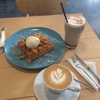 Das Foto wurde bei Pitchii Coffee & Wine von Almira G. am 2/21/2018 aufgenommen