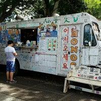 Photo taken at Hono's Shrimp Truck by Luu T. on 10/12/2016