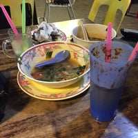 Photo taken at Restoran Bismi Tomyam Seafood by Azmi A. on 9/13/2016