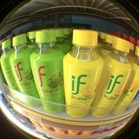 Photo taken at 7-Eleven (เซเว่น อีเลฟเว่น) by พิริยะ ซ้าย ขวา ซ้าย 🚶🏻🚶🏻🚶🏻 on 8/15/2013