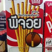 Photo taken at 7-Eleven (เซเว่น อีเลฟเว่น) by พิริยะ ซ้าย ขวา ซ้าย 🚶🏻🚶🏻🚶🏻 on 8/3/2013