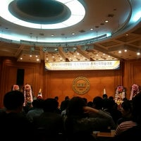Photo taken at Hanyang Univ. 백남학술정보관 by Jungtak H. on 4/26/2014