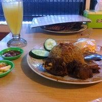 """รูปภาพถ่ายที่ Pondok Nasi Kebuli """"Ibu Hanna"""" โดย Michael H. เมื่อ 11/20/2016"""
