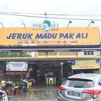 Photo taken at Jeruk Madu Pak Ali Sg Nibong by Hakim A. on 6/29/2017